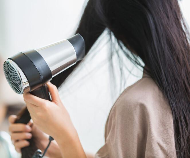 FØN HELT TØRT: Fønen har kun effekt dersom du holder på til håret er helt tørt. Foto: Scanpix