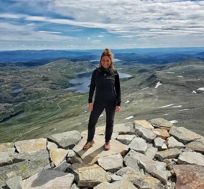 <strong>PÅ TOPPEN:</strong> Helene ble så inspirert av å komme i form at hun løp opp på Gaustadtoppen. FOTO: Privat.