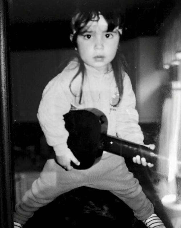 GLAD I Å POSERE: Unge Stiansen viste tidlig at hun hadde evnen til å posere. FOTO: Privat