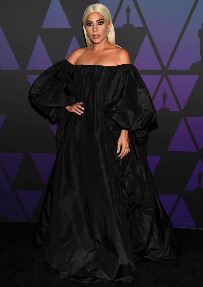 DRAMATISK: Lady Gaga gikk for en stor, sort kjole. Foto: NTB Scanpix