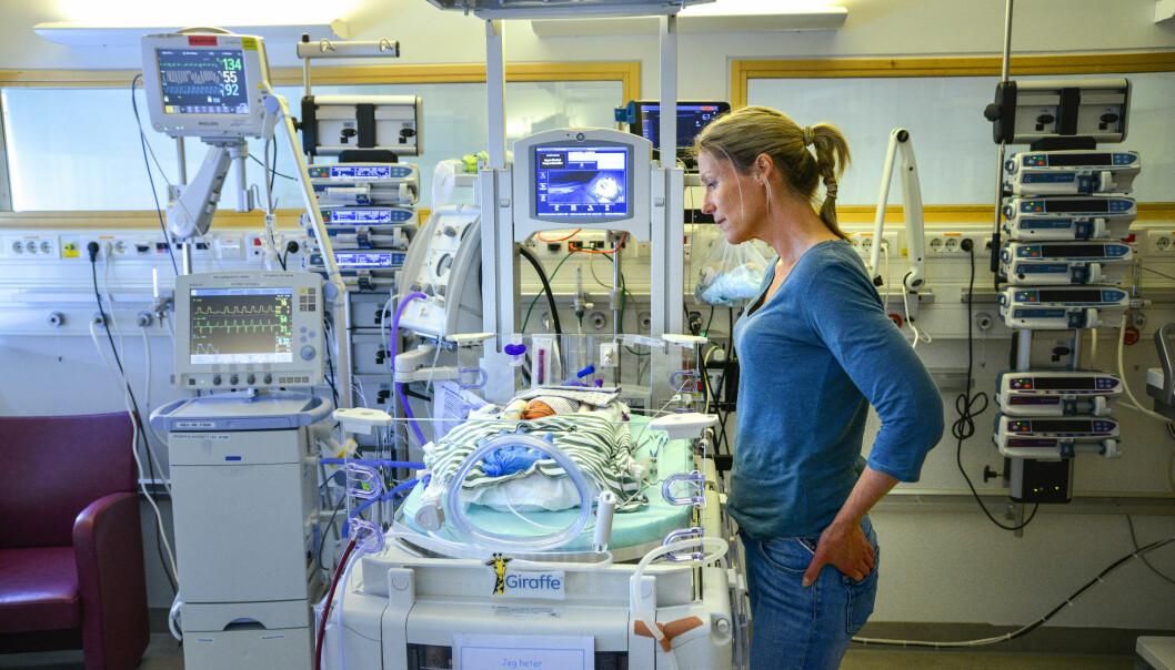 STERKT MØTE: I første episode av «Helene sjekker inn», sesong 3, er programleder på besøk på nyfødt intensivavdelingen på St. Olavs hospital i Trondheim. FOTO: Anders Leines / NRK