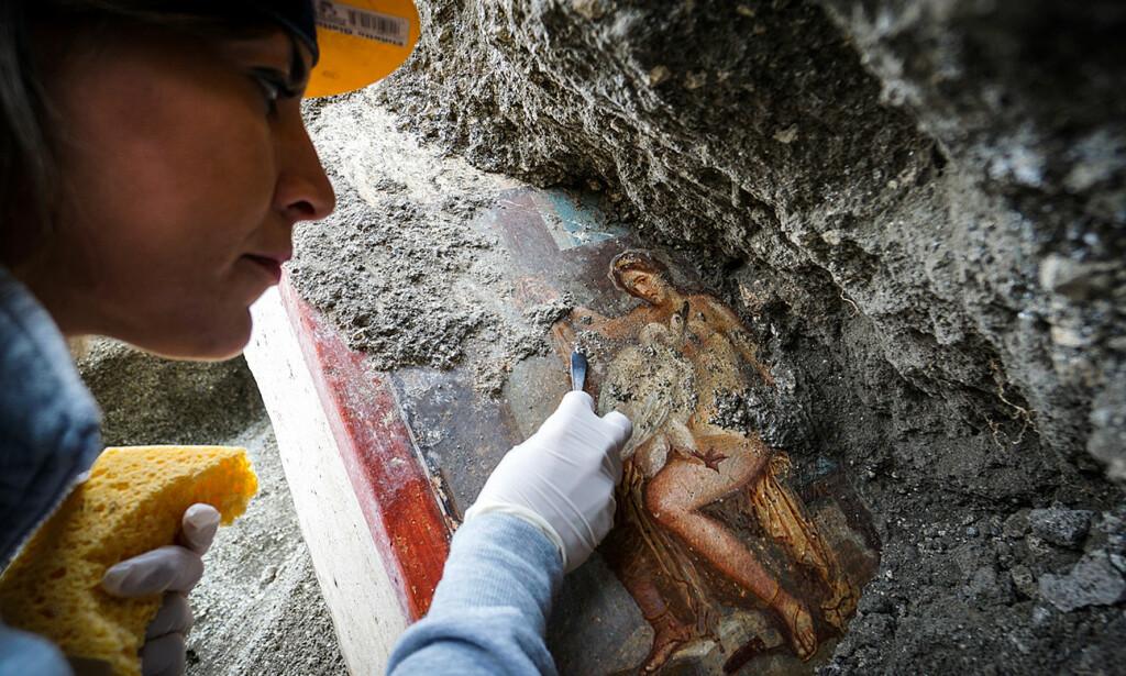 I byen Pompeii, som ble begravd av aske i år 79, har arkeologer har funnet et maleri med motiv fra legenden om Leda, dronning av Sparta, og svanen. Foto: Pa Photos / NTB Scanpix