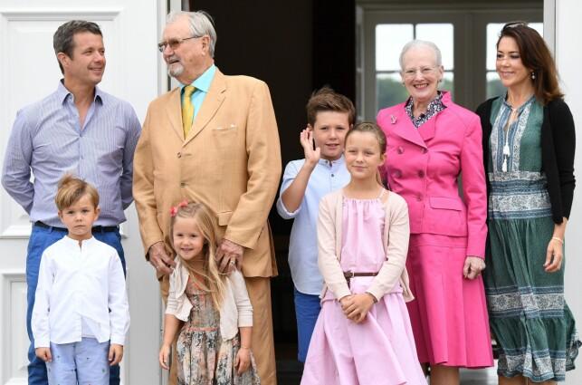 STORFAMILIE: Kronprinsparet med sine fire barn, dronning Margrethe og nå avdøde prins Henrik. Foto: NTB sanpix