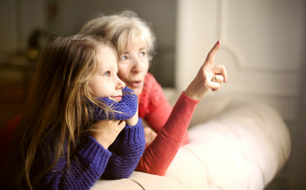 VERDSATT: Å være bestemor eller bestefar er en givende og verdsatt rolle, men ikke alle opplever å få barnebarn. Illustrasjonsfoto: Shutterstock