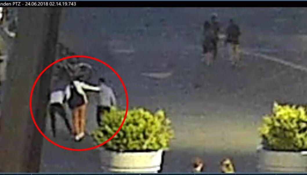 <strong>VIDEOBEVIS:</strong> To av de dømte i Rolex-raidene i Oslo i sommer dulter borti et offer 24. juni klokka 02.14 mellom Vestbanen og Aker Brygge. Foto: Overvåkingskamera/Politiet.