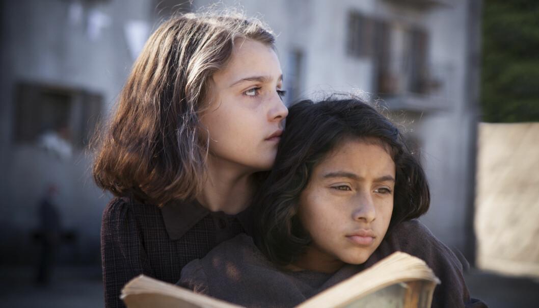 <strong>TO BRILJANTE VENNINNER:</strong> Elena (t.v) og Lila konkurrerer om å vere best i klasserommet. Ute i Napolis gater forsvarar dei kvarandre mot den brutale røynda. FOTO: HBO Nordic