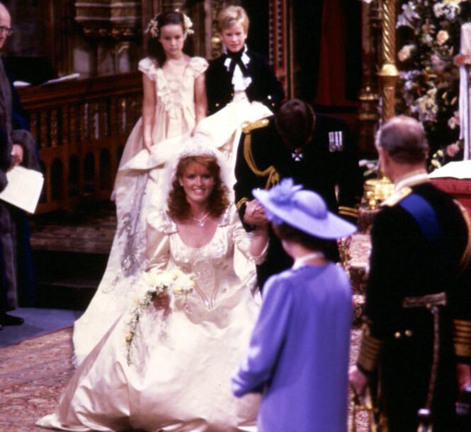 DEN GANG DA: Sarah Ferguson fotografert mens hun neier til sin kommende svigermor dronning Elizabeth og svigerfar prins Philip, under bryllupet i med prins Andrew i Westminster Abbey i London 23. juli 1986. Skilsmissen var et faktum 10 år senere, men hun har likevel beholdt vennskapet med eksmannen og eks-svigerfamilien. FOTO: NTB Scanpix