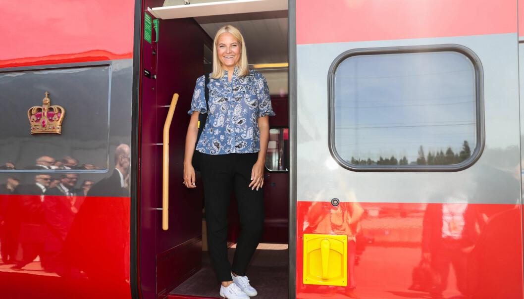 MOTERIKTIG: Mette-Marit hadde på seg Superga-sko under Litteraturtoget i sommer. Foto: Lise Åserud / NTB Scanpix