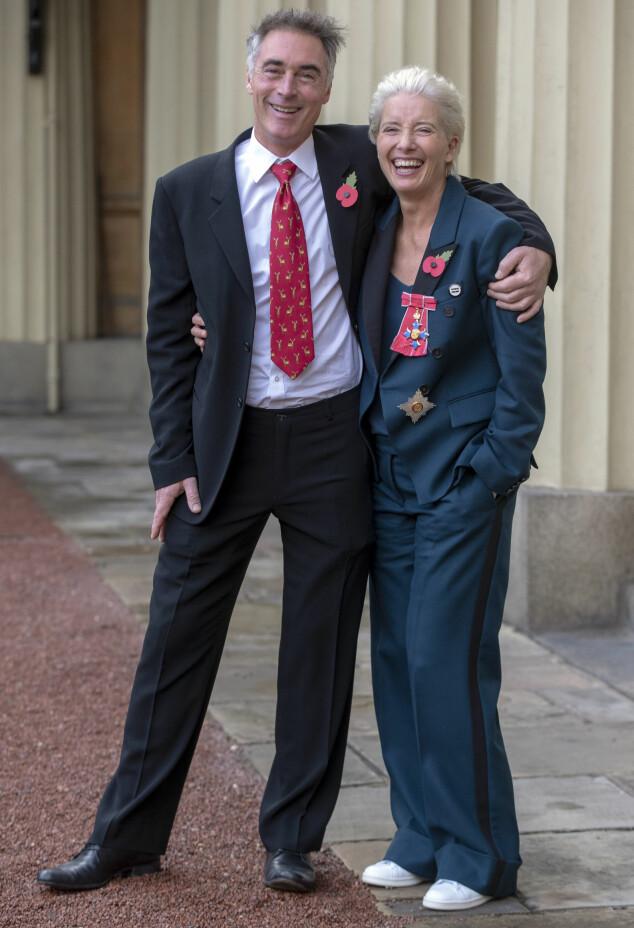 AVSLAPPET FOTTØY: Emma Thompson droppet høye hæler på Buckingham Palace i starten av november. Her med ektemannen Greg Wise. Foto: AP/ NTB scanpix