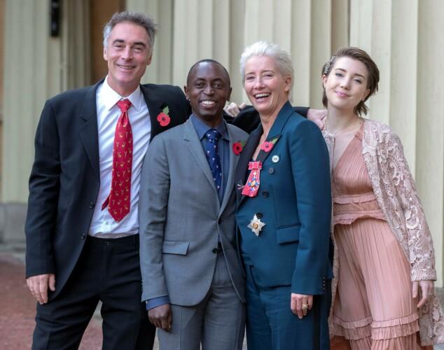 STOLT FAMILIE: Emma Thompson omringet av familien etter å ha blitt utnevnt til Dame Commander of the Order of the British Empire (DBE) på Buckingham Palace. Foto: AP/ NTB scanpix