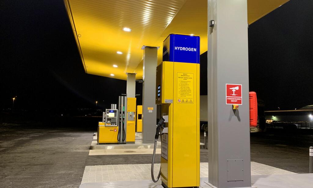 SLIK ER DEN: Her er hydrogendispenseren på Uno X-stasjonen på Hvam nord for Oslo. Foto: Uno X