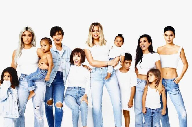 FORSVUNNET: Hele familien var samlet på familiebildet til Kardashian-klanen, bortsett fra Kylie Jenner. Det gikk ikke forbi i stillhet. Foto: Skjermdump, Instagram