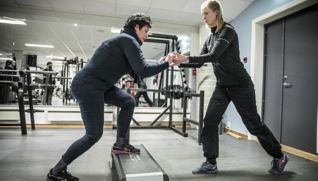 <strong>BLE BRA:</strong> Torunn Brustad fikk hjelp til treningen, her sammen med fysioterapeut Marte Lund ved Nimi. Foto: Christian Roth Christensen