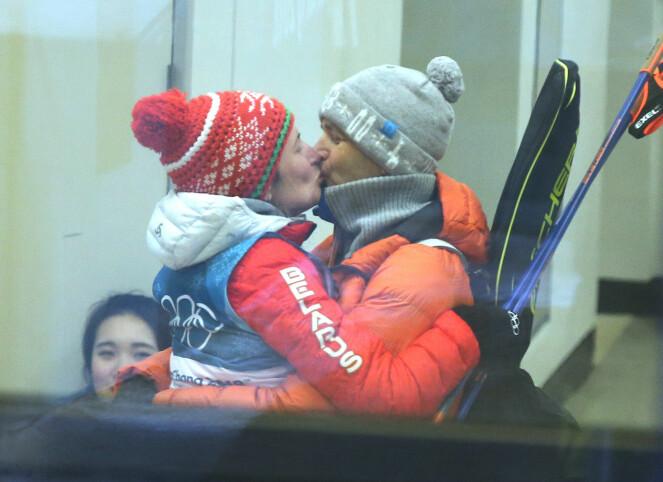 TIL STEDE: Selv om Ole Einar Bjørndalen ikke klarte å kvalifisere seg til OL, ble han med for å se på kona. Domratsjeva tok sølv i 12,5 km fellesstart, noe som ble feiret med et kyss etterpå. Foto: NTB scanpix