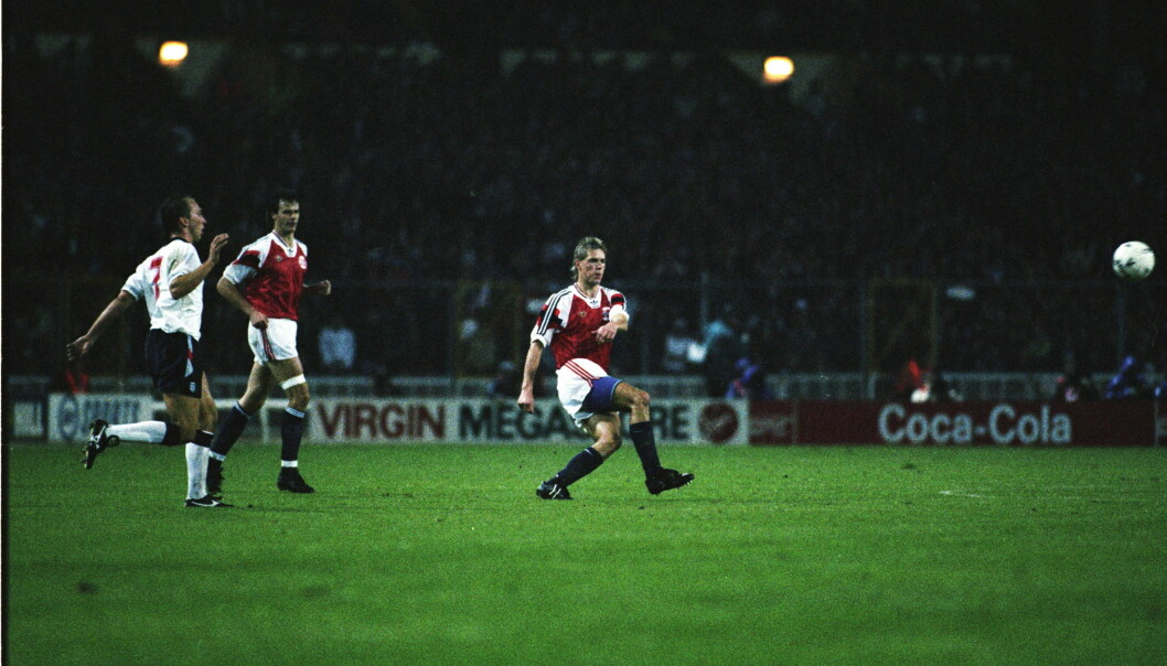 <strong>HISTORISK SUS:</strong> Kjetil Rekdals mål mot England på Wembley i 1992. Foto: ARNT E. FOLVIK / DAGBLADET