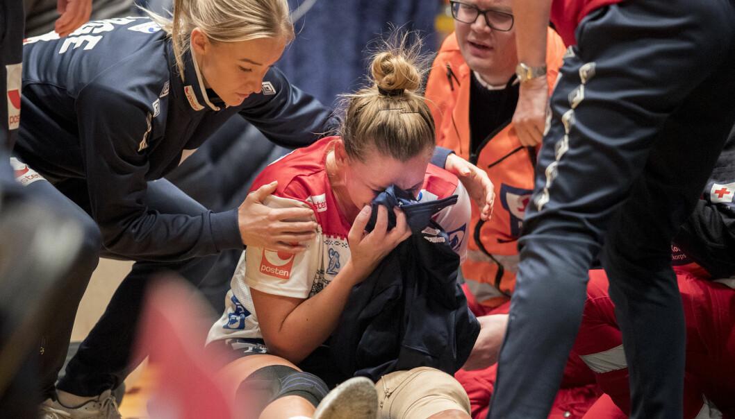 <strong>VONDT:</strong> En gråtene Amanda Kurtovíc får trøst av lagkaptein og småskadet Stine Bredal Oftedal under kampen mellom Norge-Frankrike i Telenor Arena. Foto: Vidar Ruud / NTB scanpix
