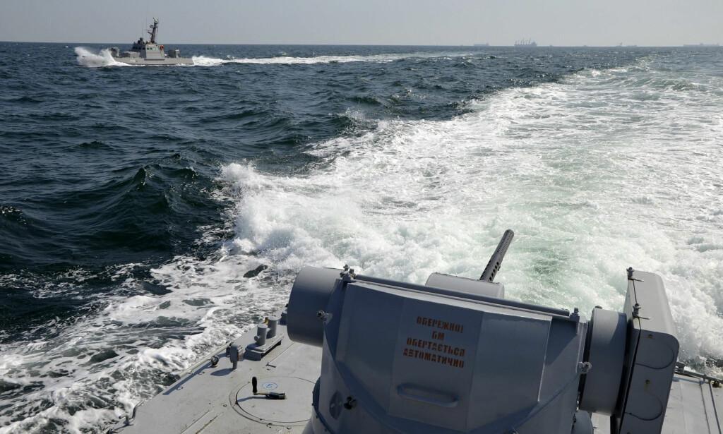 MARINESKIP: Dette bildet, tatt og publisert søndag av den ukrainske marinens pressetjeneste, viser to ukrainske marineskip i nærheten av Krim-halvøya. Ifølge Ukraina skal russiske styrker ha åpnet ild mot en gruppe av skipene deres. Foto: Ukrainian Navy Press Service via AP / Scanpix