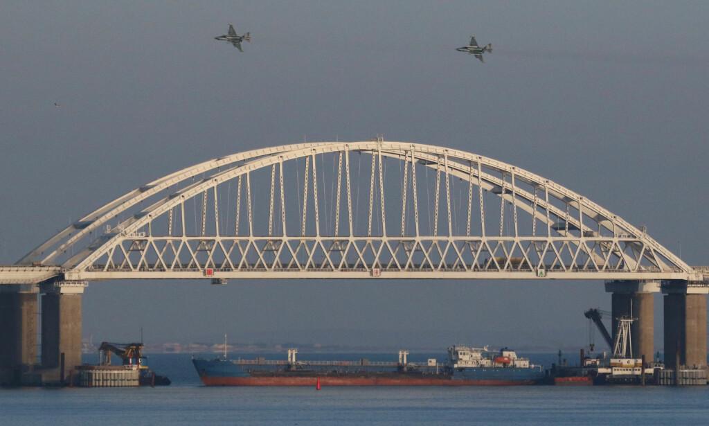 NAVLESTRENGEN: Brua over Kertsj-stredet som har forsterket konflikten om Azov-havet mellom Russland og Ukraina. Foto: REUTERS / NTB Scanpix