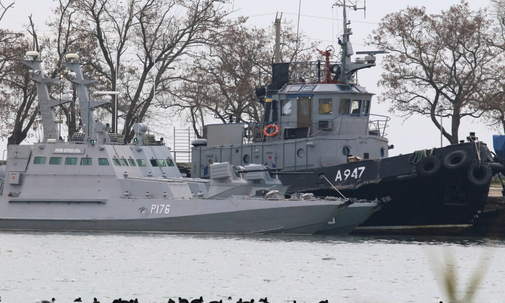 BÅTENE: De to kanonbåtene «Berdjansk» og «Nikopol» til høyre. Slepebåten «Jana Kapa» til venstre. Skadene på skroget på slepebåtens styrbord er synlige på bildet. Foto: Reuters / Pavel Rebrov