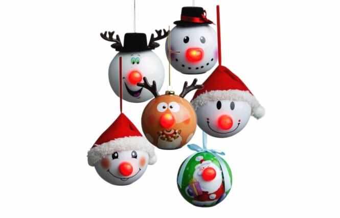<strong>MORSOMME KULER:</strong> Julekule med blinkende rød nese i 6 forskjellige design. En stor hit blant barna. Bruker 3 x LR44 batterier (medfølger ikke). Foto: Europris