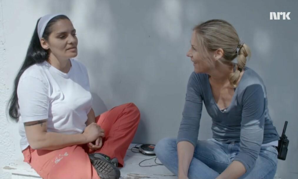 MØTE BAK LÅS OG SLÅ: Programleder Helene Sandvig møter innsatte Maria på Ravneberget fengsel i episode to av «Helene sjekker inn». Hun er fembarnsmor og savner barna sine hver dag. FOTO: NRK