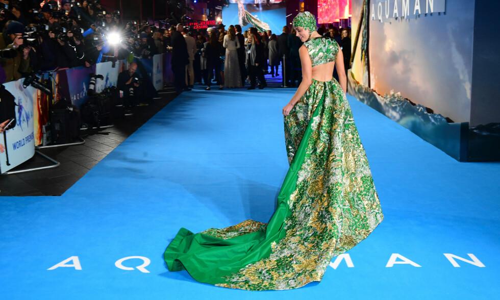 UTRADISJONELT: Amber Heard hadde på seg en slags badehette da hun ankom denne ukens «Aquaman»-premiere. FOTO: NTB Scanpix