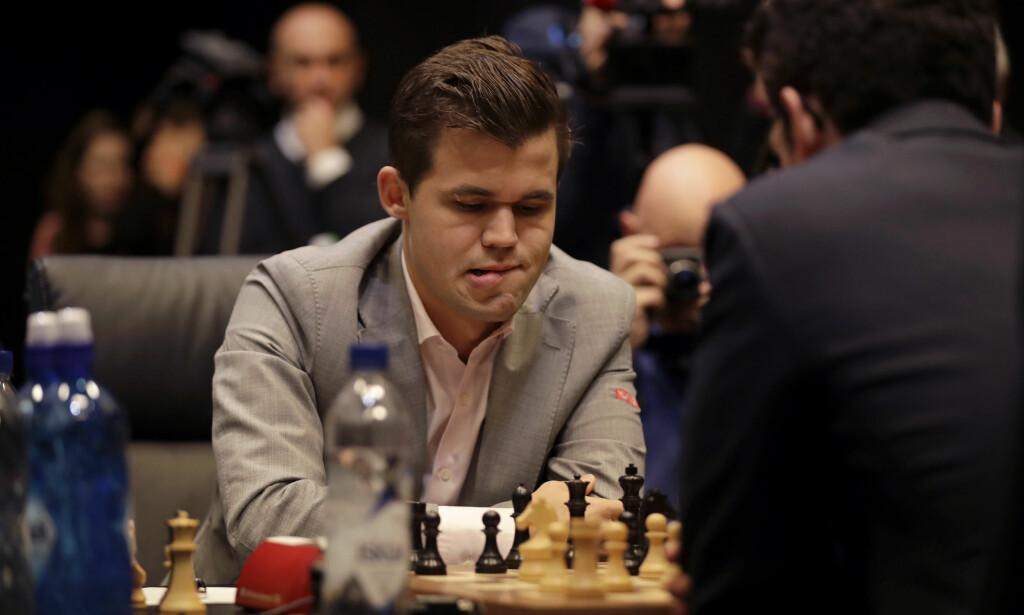 HARD MEDFART: Magnus Carlsen har blitt heftig kritisert etter den tolvte strake remisen i sjakk-VM. Stormester Ian Rogers tror remisen kom som en følge av dårlig selvtillit. Foto: Matt Dunham / AP Photo