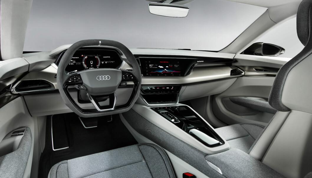 SLEKTSKAP: Vi har sett mye av dette i den første e-tron, med tre skjermer og virtuelle knapper. Foto: Audi
