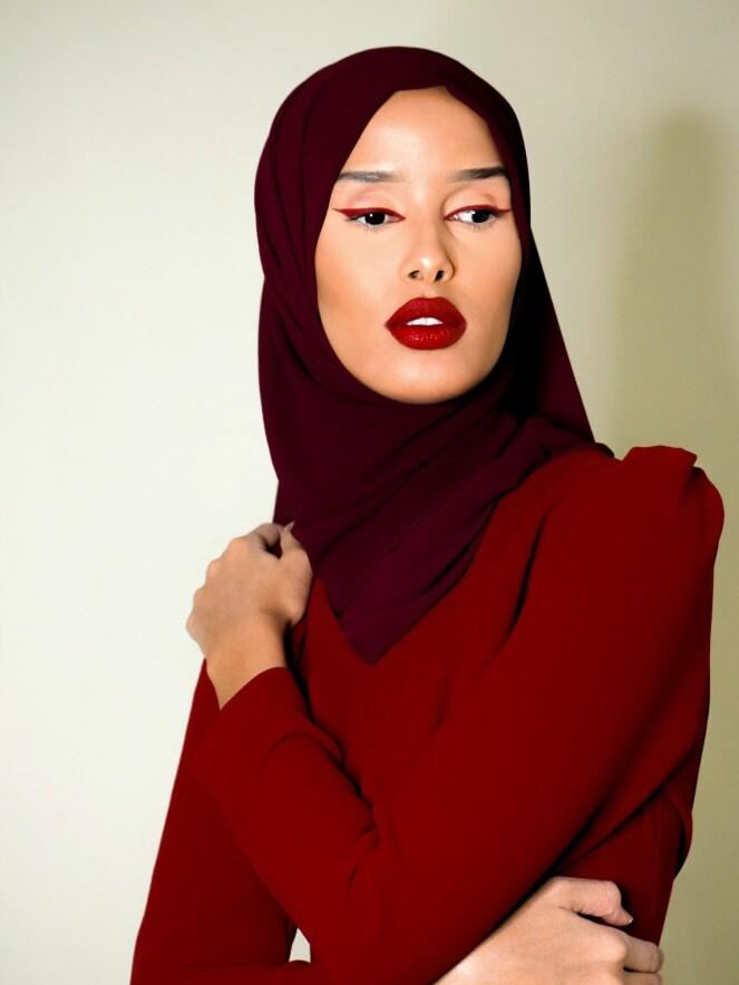 <strong>RØDE LEPPER:</strong> De klassiske, røde leppene blir en del av Rawdahs festlook. Foto: Privat
