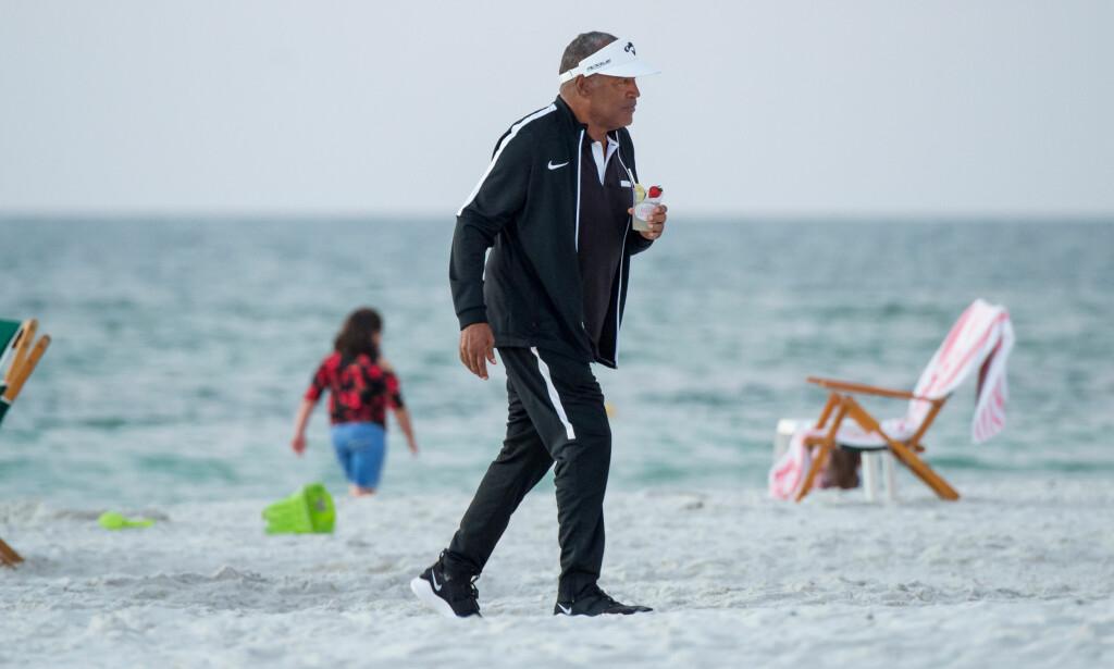 SPREK 71-ÅRING: O.J. Simpson har ligget lavt siden han slapp ut av fengsel i fjor. Så dukket han opp på en strand i Florida i USA 25. november i år. Foto: Splash News / NTB Scanpix