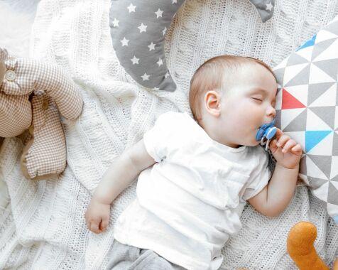 image: Rengjør du babyens smokk ved å putte den i munnen? Ny studie antyder at du bør fortsette med det!