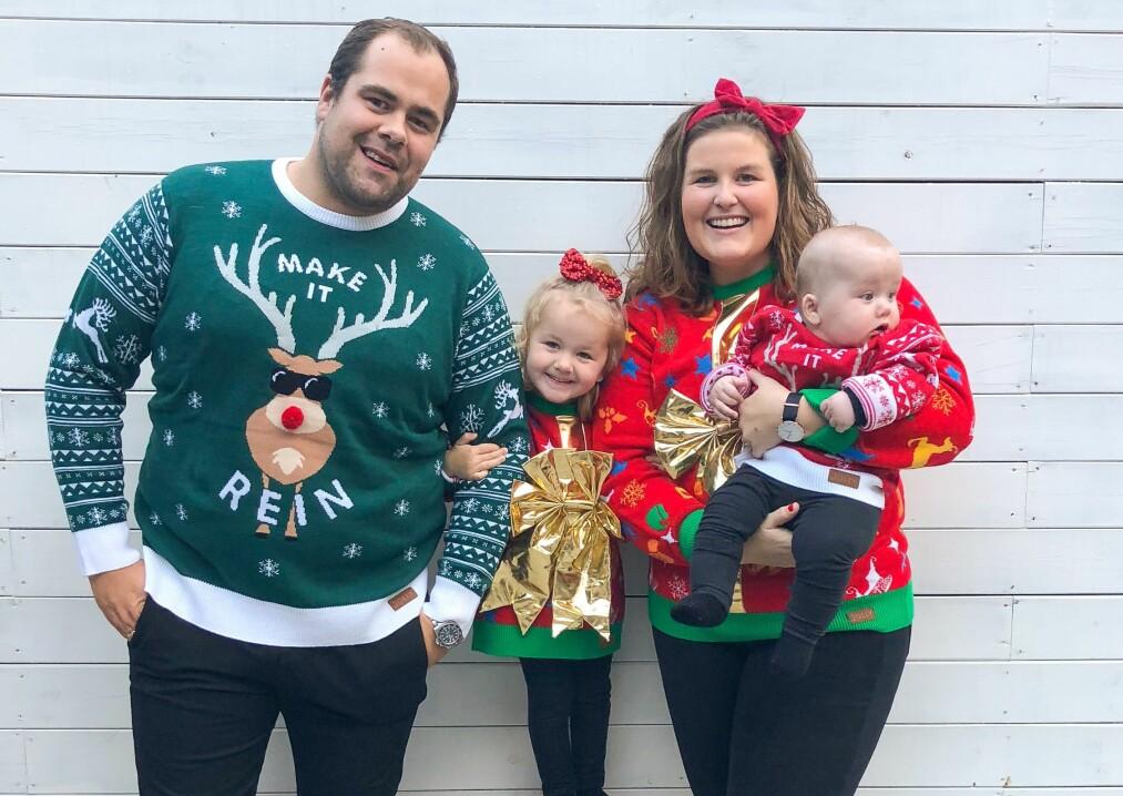 STYGGE JULEGENSERE: Her er årets julekort fra familien Urke som har omfavnet den nye juletradisjonen med å kle seg i stygge julegensere. T.v.: Daniel, Mina (2), Camilla og Matheo (6 mnd). FOTO: Privat