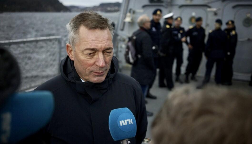 <strong>TILBAKEHOLDEN:</strong> Forsvarsminister Frank Bakke-Jensen svarer på spørsmål etter at han møtte mannskapet som var om bord da fregatten Helge Ingstad havarerte. Foto: Alexander Øvrebø / NTB scanpix