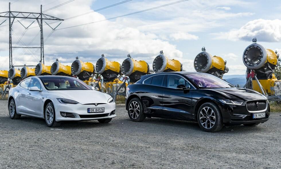 EL-DUELL: Tesla Model S (t.v.) drar på årene, og det en gang hyllede designet har etterhvert blitt et så vanlig syn at den nærmer seg kjedelig. Jaguar kommer inn og vil sette den etablerte på prøve med sin i-Pace. Om de klarer det kan du lese om i denne artikkelen. Alle foto: Jamieson Pothecary