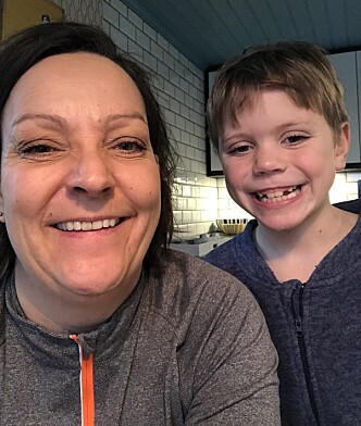 DIGGER DEN RAMPETE ALVEN: Heidi Synøve og sønnen Adrian synes fortsatt det er stas å få besøk av Alven Alvin. FOTO: Privat