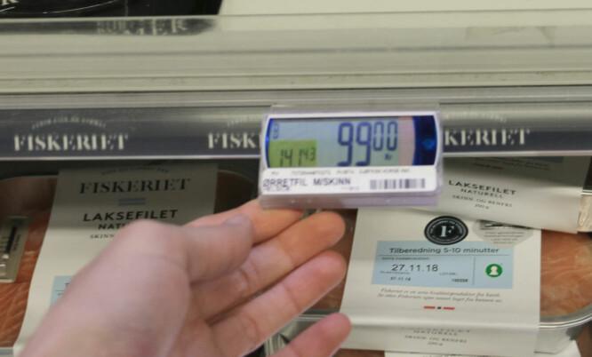 <strong>PRIS MED LITEN SKRIFT:</strong> I det venstre hjørnet av prisbrikkene kan du se hva varen koster per kilo, for eksempel ørretfilet som koster 99 kroner per pakke, med en kilopris på 141,43 kroner. Foto: Eilin Lindvoll.