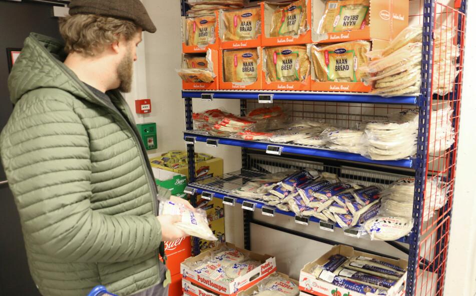 <strong>LOMPER:</strong> Morten Berland er tobarnsfar og skal storhandle for uka, og på handlelista står blant annet potetkaker. Men, på butikken er det mange ulike varianter med hver sin egen pris. Det er ikke så lett å finne ut hvilken prisbrikke som hører til hvilken pakke, synes han. Det er heller ikke så lett å finne ut av hvilket produkt som er det billigste. Foto: Eilin Lindvoll.