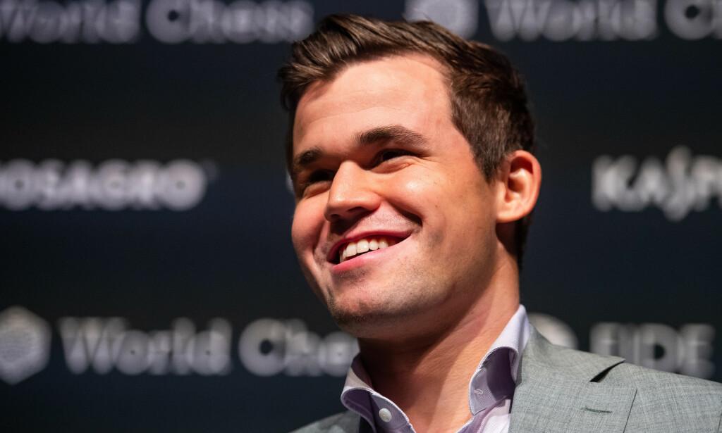 VERDENSMESTER: Magnus Carlsen var strålende fornøyd med å ha forsvart verdensmestertittelen på The College i Holborn, London. Foto: Bildbyrån