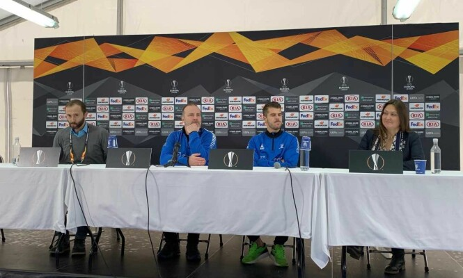 <strong>GLEDER SEG:</strong> Trener Geir Bakke (nummer to fra venstre) og kaptein Joachim Thomassen snakket på en pressekonferanse onsdag. Foto: Tore Ulrik Bratland