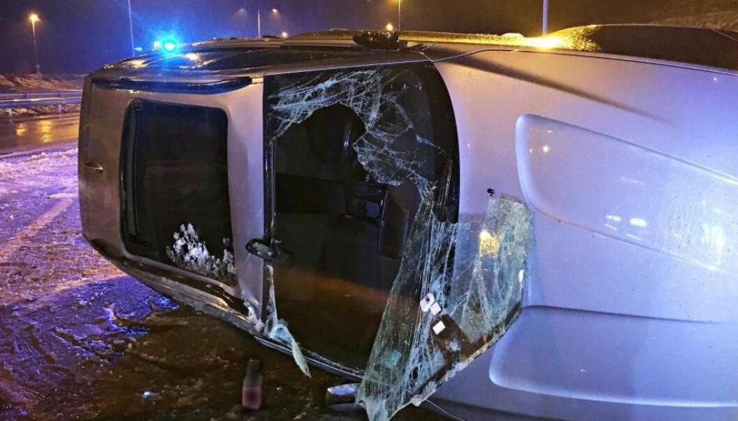 <strong>GLATTE VEIER:</strong> En bil kom borti en lastebil og havnet på taket på E18 ved Holmestrand på grunn av de glatte veiene. Foto: Vestfold Interkommunale Brannvesen