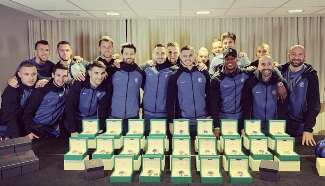 <strong>LUKSUSKLOKKE TIL ALLE:</strong> Lagkameratene var strålende fornøyd etter å ha mottatt gaven fra storscoreren. Foto: Instagram/Mauro Icardi