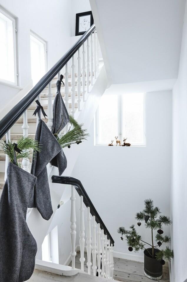 Piff opp julestrømpene med kongler, gran og silkebånd.  Disse sokkene er fra Nordstjerne. FOTO: Mette Wotkjær