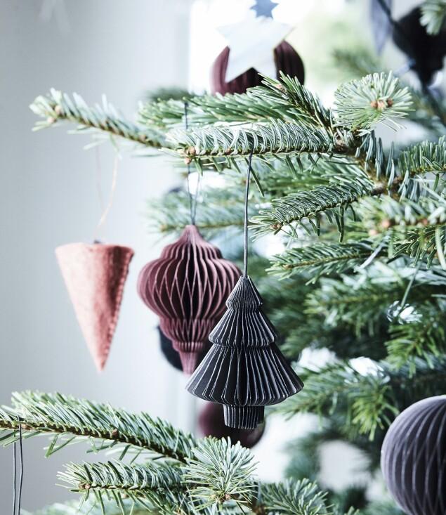 Holder du deg til få farger, bør du gå etter de fargene som gjør deg glad. Henriette har valgt vinrødt og koksgrått, som gir plass til de grønne greinene. Julepynten er fra Nordstjerne. FOTO: Mette Wotkjær