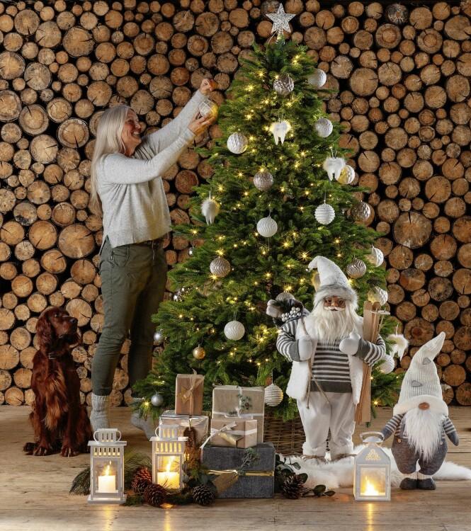 <strong>GJØR DET ENKELT:</strong> I tillegg til at et kunstig juletre er enklere å pynte, slipper du vanning og dryssende barnnåler.