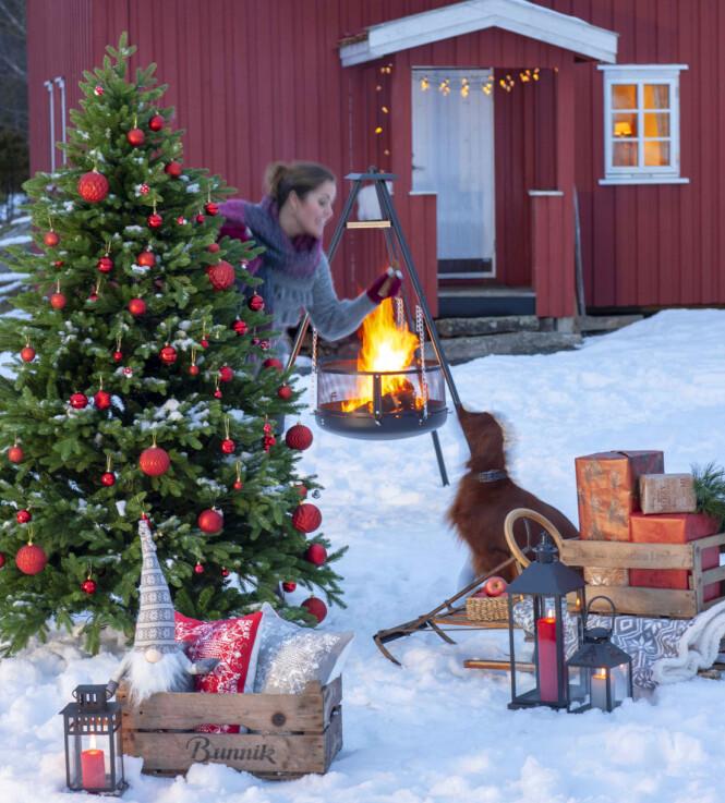 <strong>UTE SOM INNE:</strong> Kunstige juletrær og julepynt blir ofte like fint ute som inne. Foto: Europris