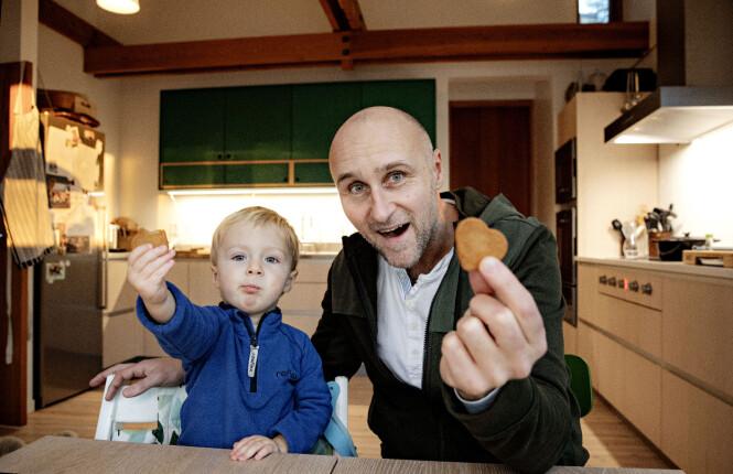 <strong>BESTIKKELSE:</strong> Levi begynner å bli lei av fotograferingen, men lar seg lett bestikke med en pepperkake.