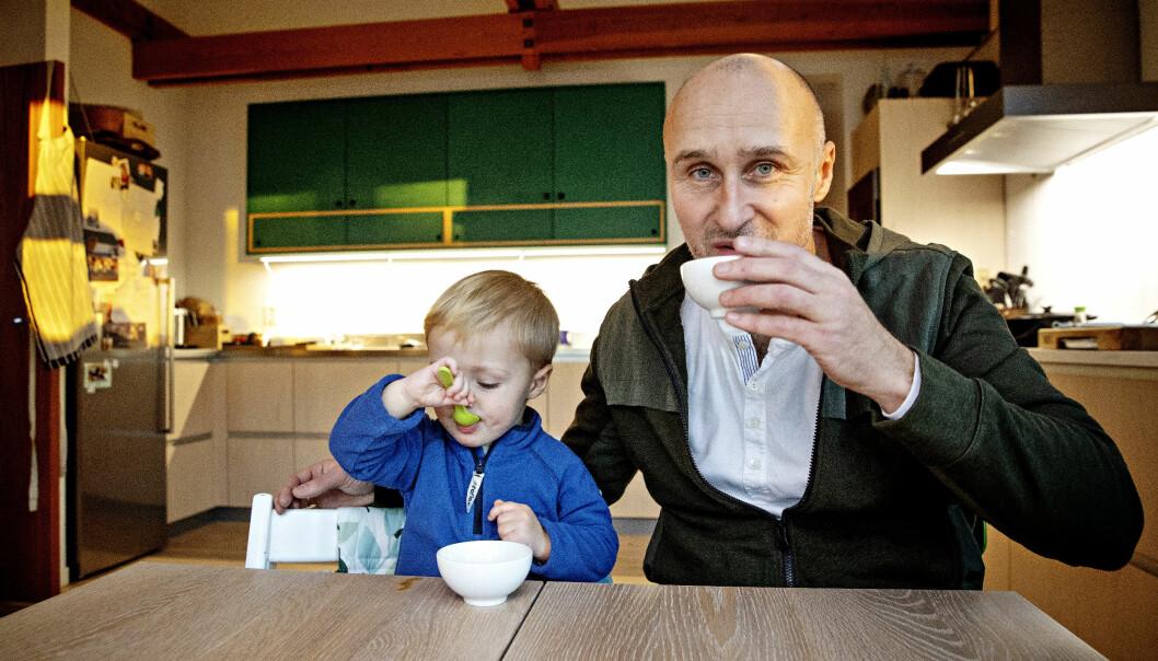 <strong>MATGLEDE:</strong> Kraft med noen dråper soyasaus går rett hjem hos poden. Ole Martin Alfsen fryder seg over sønnens matglede.