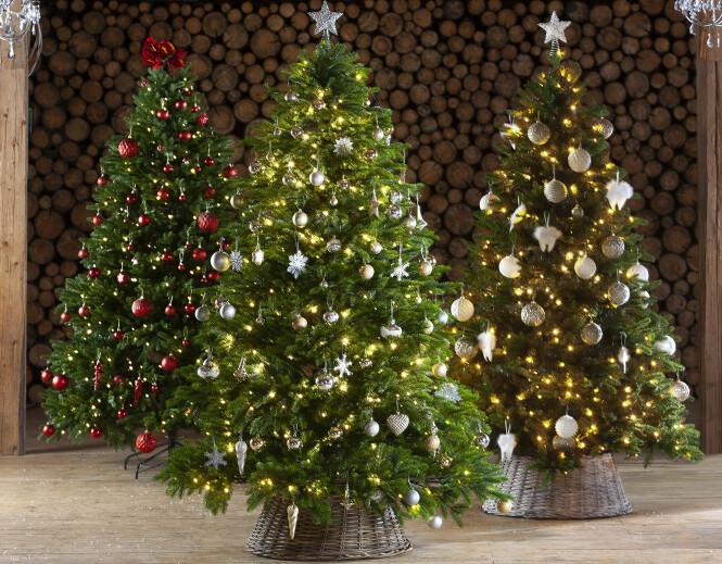 <strong>EKSKLUSIVT:</strong> Uansett hva du ønsker av farger og former, finner du garantert juletrepynt og juletre som passer for deg hos Europris. Foto: Europris