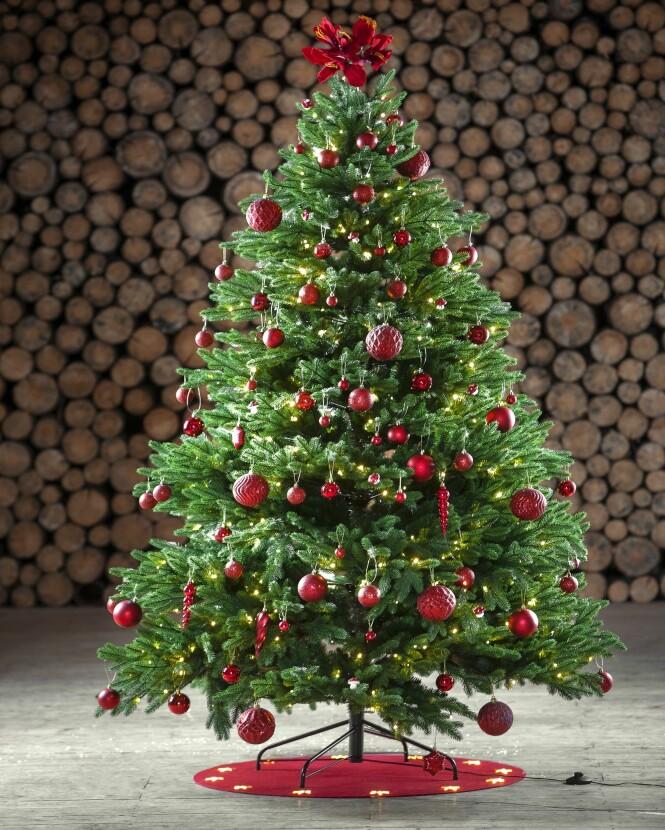 <strong>KOSELIG:</strong> Heng julepynten i flere rader innenfor hverandre. Dette får virkelig frem dybden i treet. Foto: Europris