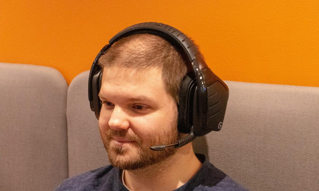 De er store, men faktisk et av hodesettene som sitter best på hodet. Foto: Pål Joakim Pollen.